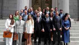 Abascal junto a su grupo parlamentario frente al Congreso