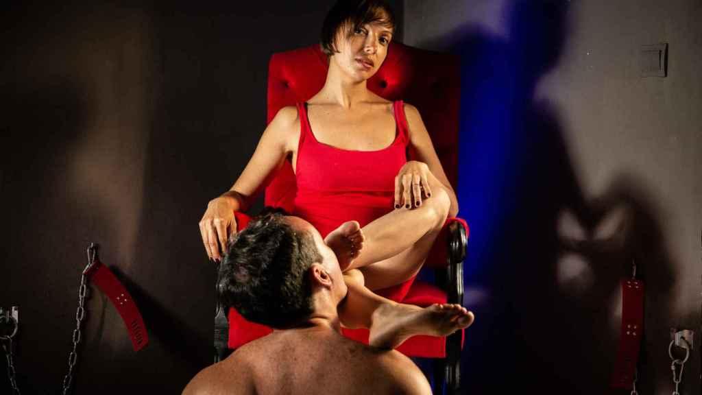 Dómina Ghalia, en el chalé que tiene en Benalmádena, (Málaga) para atender a sus clientes fetichistas.