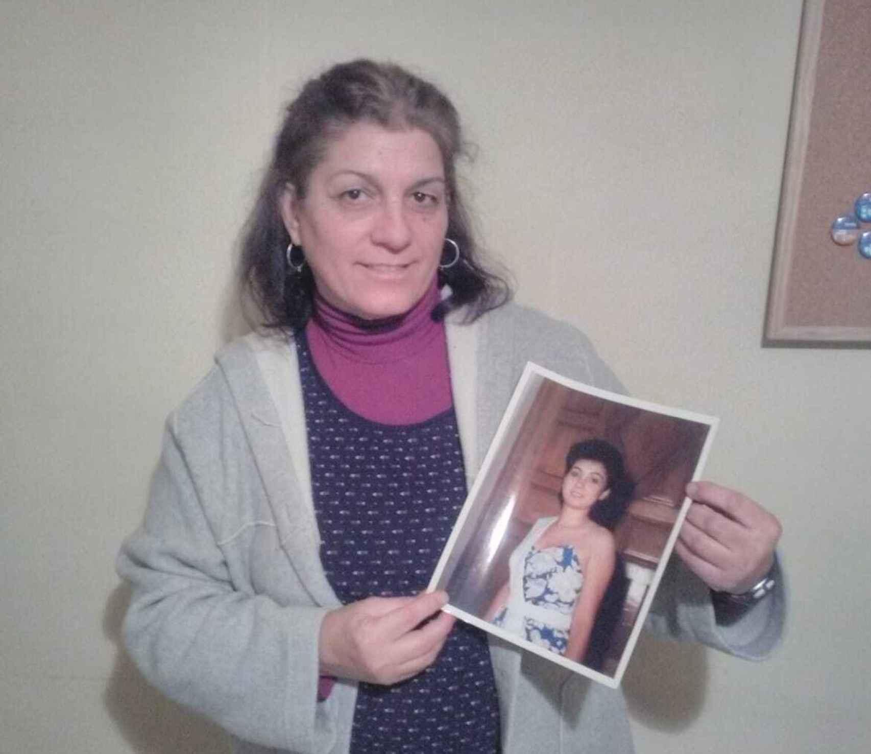 Isabel, con una fotografía de su hermana en casa.