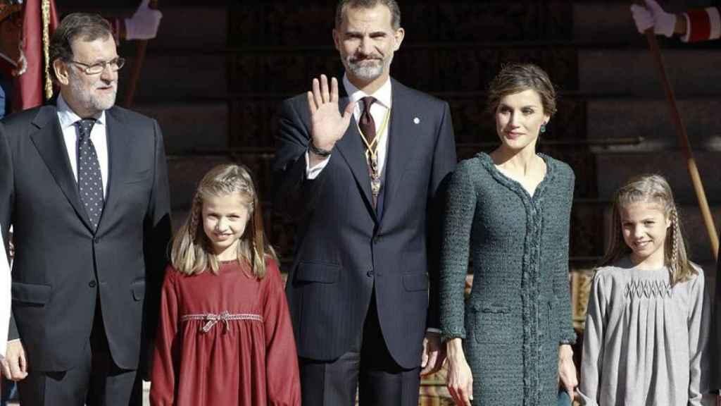 Leonor y Sofía junto a Felipe y Letizia, con Rajoy a su izquierda, en la apertura de las Cortes en 2016.