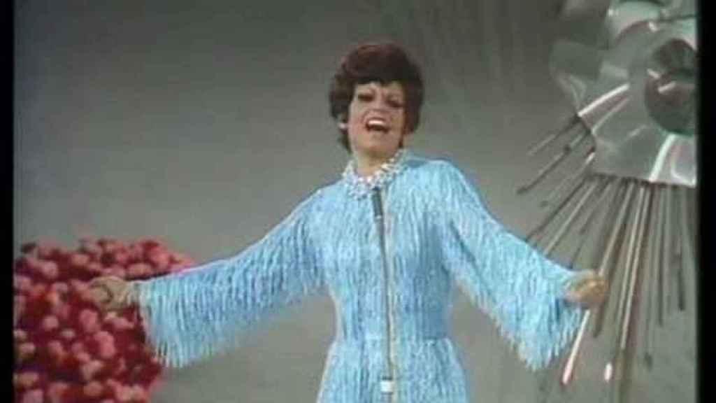 Salomé en el año 1969, actuando en Eurovisión con un vestido de Pertegaz.