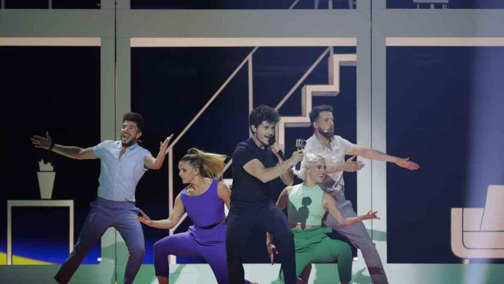 Miki Núñez y su equipo de baile en el Centro de Convenciones de Tel Aviv.