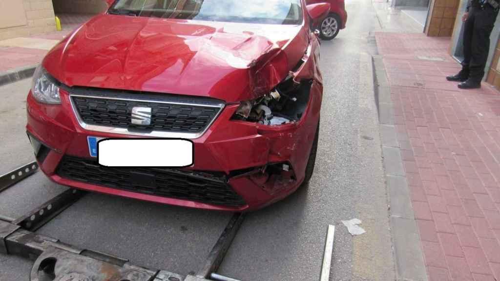 El conductor ocultó el Seat Ibiza en el garaje porque presentaba una violenta colisión.