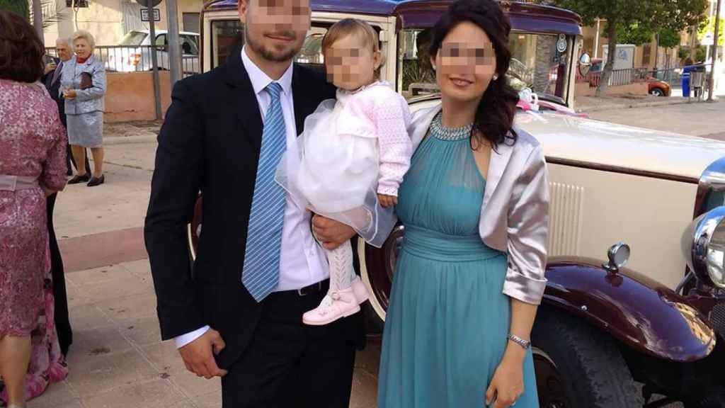 Luis junto a su mujer, Laura, y su hija, de tres años.