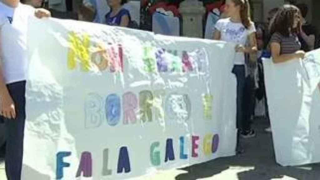 La pancarta donde se puede leer No seas borrego, habla gallego