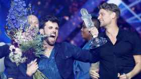 Duncan Laurence, con el trofeo de Eurovisión Song Contest.