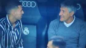 Ceballos y Setien hablan en el banquillo antes del Real Madrid - Real Betis