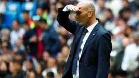 Zinedine Zidane mira a sus jugadores desde la banda
