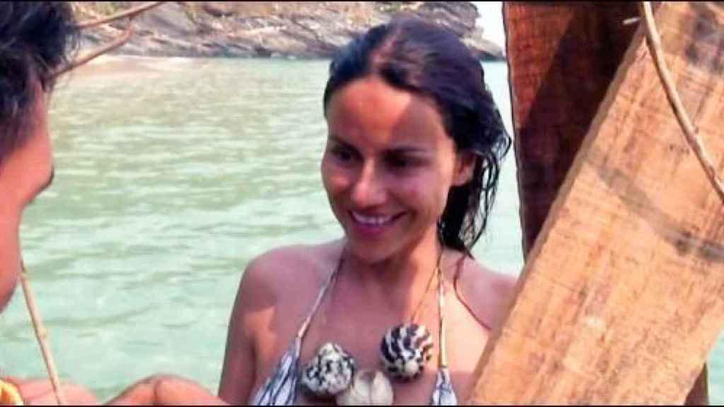 Detalle del collar de conchas que Omar Montes le regaló a Mónica Hoyos.