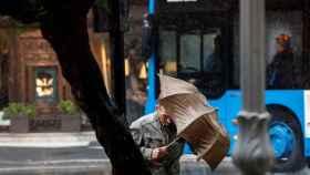 Un hombre camina bajo la lluvia este viernes en San Sebastián. Javier Etxezarreta / EFE