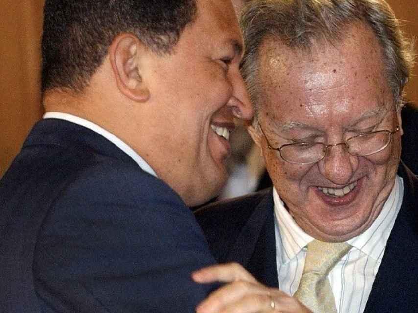 Hugo Chávez y Raúl Morodo, entonces embajador de España en Venezuela.