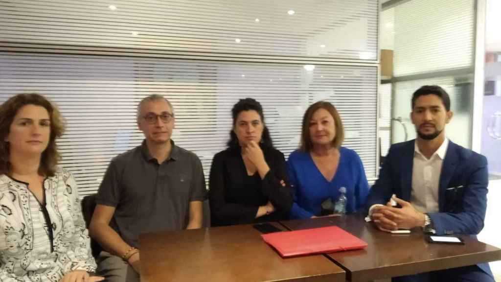 Los abogados Ruth Sebastián, Ramón Campos, Lourdes Barón, Dolores Travieso y Sidi Taleb Buya,  este lunes en Casablanca.