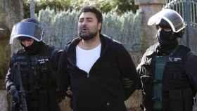 Juan Paulo, junto a agentes de la Guardia Civil en un registro.