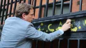 Martínez-Almeida tratando de borrar el grafiti