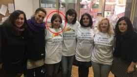 La tercera madre detenida de Infancia Libre, en el destacado rojo junto a miembros de Podemos