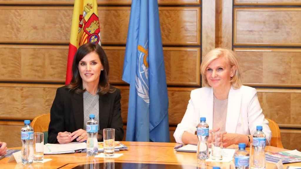 La reina Letizia y María Neira, directora del departamento de Salud Pública y Medio Ambiente de la OMS