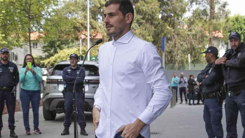 Iker Casillas en su salida del hospital después de sufrir un infarto.
