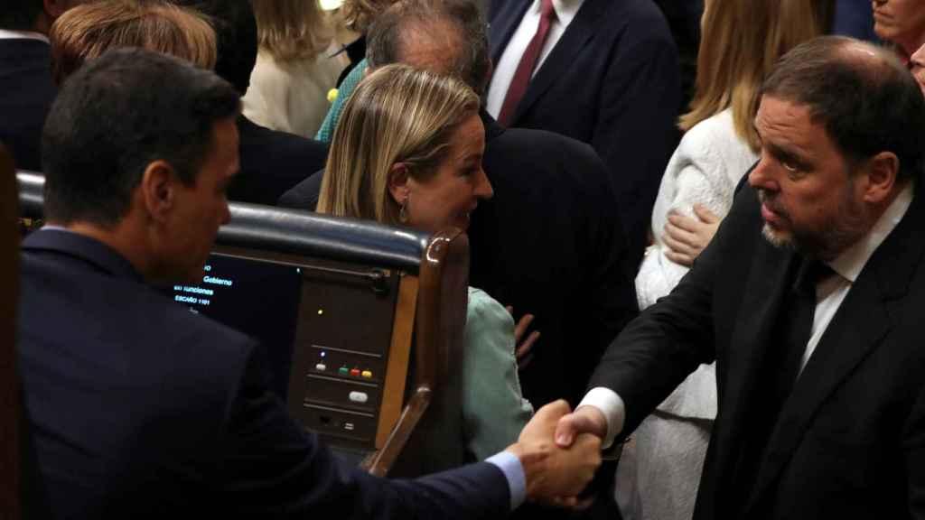 Apretón de manos entre Pedro Sánchez y Oriol Junqueras en el Congreso de los Diputados.