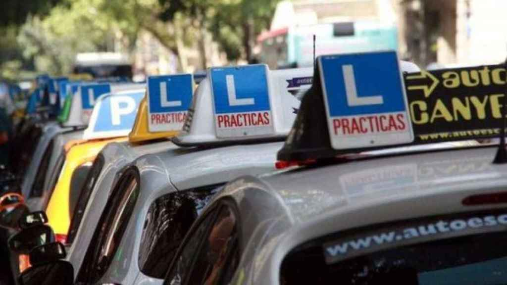 Vehículos adaptados para obtener el permiso de conducción. Foto: EFE