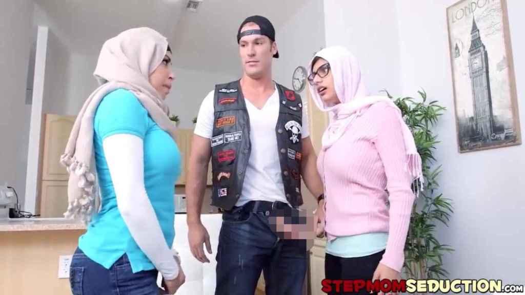 Dos actrices porno rodando una escena ataviadas con hijab