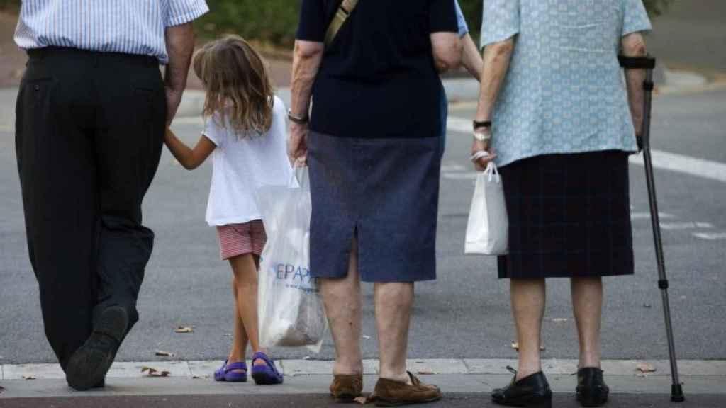 Un abuelo cuidando de su nieta