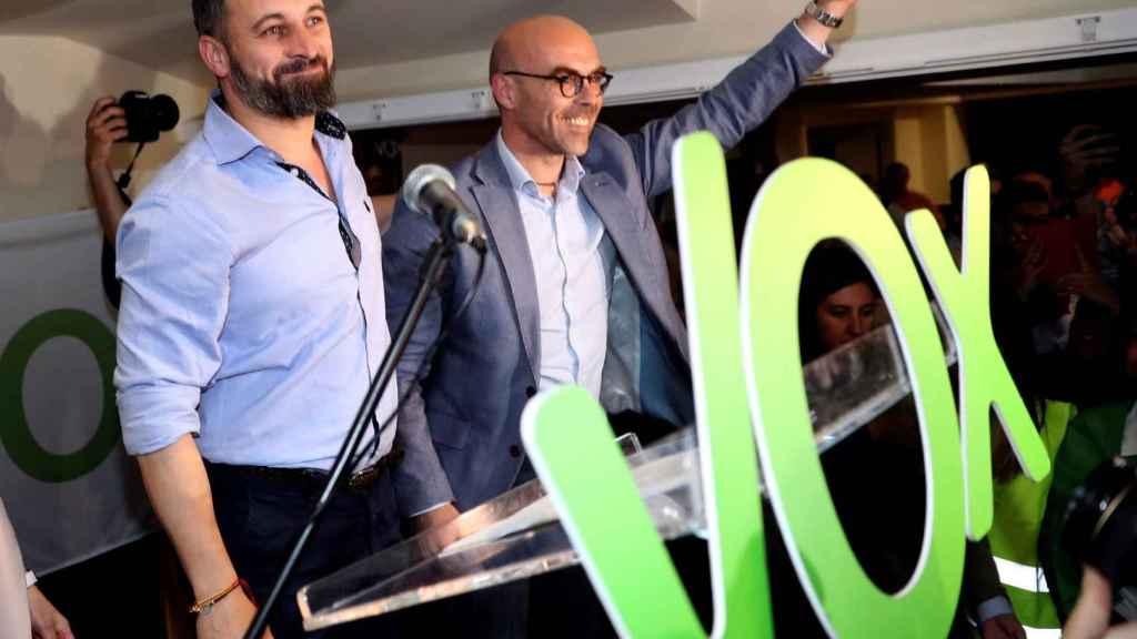 El líder de Vox, Santiago Abascal, junto a Jorge Buxadé.