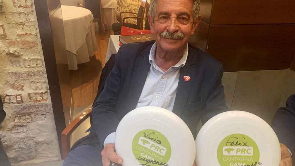 Revilla muestra dos de los platos, el pasado domingo en el restaurante La Bombi (Santander).