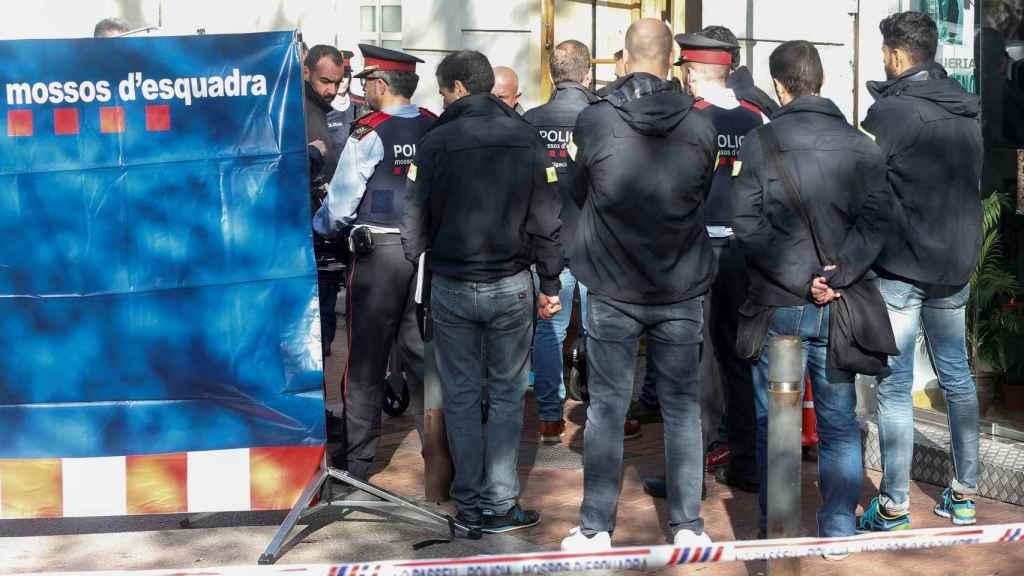 Los agentes de los Mossos se llevan el cuerpo de la joven asesinada.
