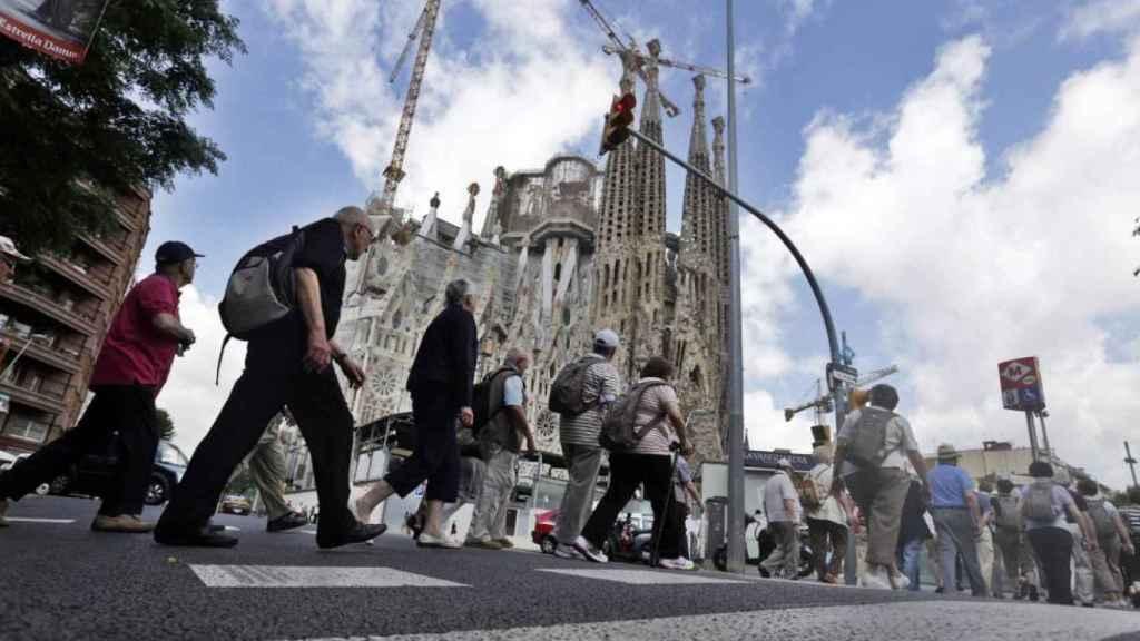 Turistas paseando en los alrededores de la Sagrada Familia, en Barcelona.