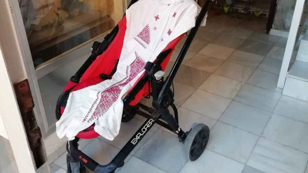 El carrito donde fue depositado la bebé recién nacida.