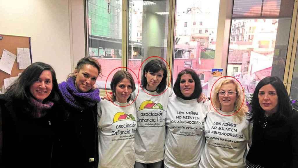 Tres de las madres detenidas de Infancia libre junto con miembros de Podemos