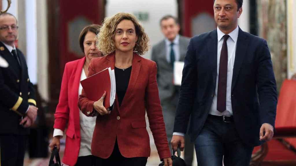 La presidenta del Congreso, Meritxell Batet (c), junto al vicepresidente segundo y la secretaria segunda de la Mesa del Congreso, Sofía Herranz (i) y Alfonso Rodríguez Gómez de Celis (d).