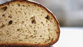 Una hogaza de pan partida por la mitad.