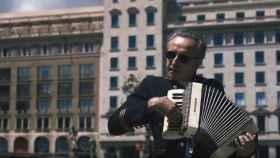 Alfonso de Vilallonga en su nuevo videoclip, La Complanta dels Burgesos Oprimits.