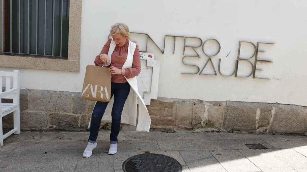 Ana, orgullosa de posar con una bolsa de Zara.