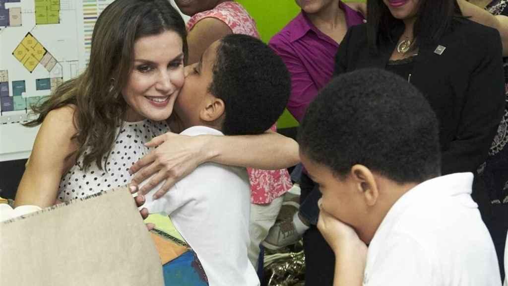 La Reina Letizia mostrando su lado más cercano durante un viaje a República Dominicana