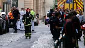 Policías, ambulancias y bomberos en el lugar de la explosión en Lyon.