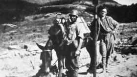 Militares requetés con un crucifijo en primer plano.