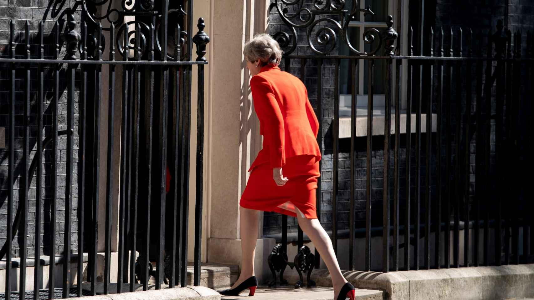 Theresa May regresa al interior de Downing Street tras hacer el anuncio de dimisión.