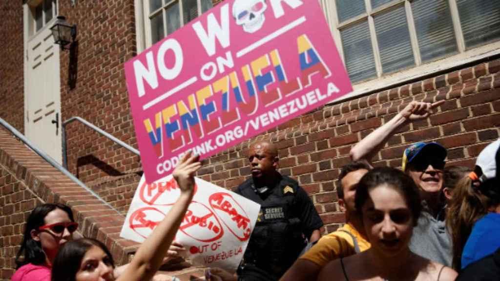 Un agente del Servicio Secreto entre manifestantes a favor de Juan Guaidó y activistas de Code Pink que tratan de tomar la Embajada de Venezuela en Washington.