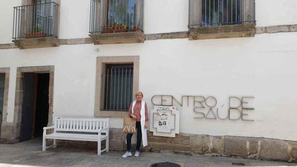 Ana posa delante del centro de salud de Vigo. Superó un cáncer de mama tras ser tratada con una máquina de Amancio.