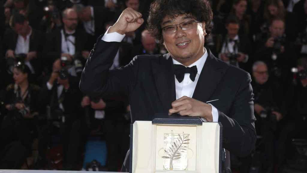Bong Joon-Ho posa con su Palma de Oro.