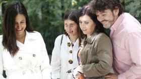 Begoña Villacís paseando con su hija Inés por Chamberí.