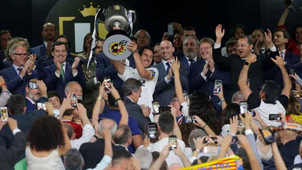 Dani Parejo levanta el trofeo de la Copa del Rey