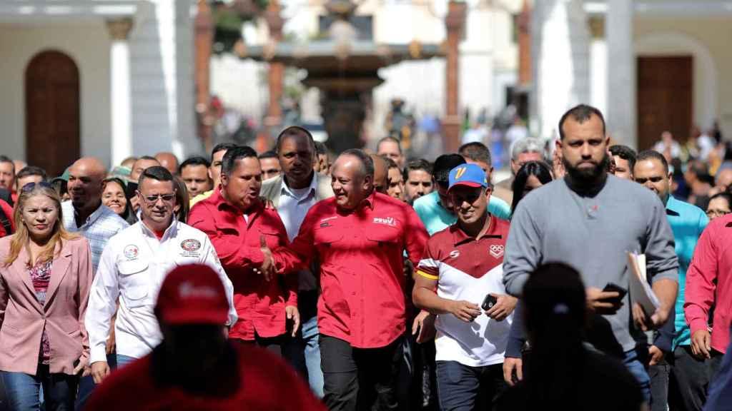 Diosdado Cabello, número dos del régimen chavista y buscado en EEUU por narcotráfico, lidera una marcha a favor ed Maduro en caracas.