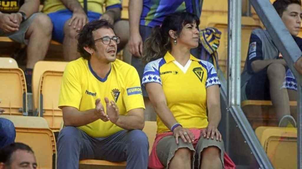 'Kichi' y su pareja, Teresa Rodríguez, viendo un partido del Cádiz CF en el estadio Ramón de Carranza.