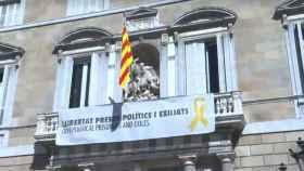 La pancarta en la Generalitat.
