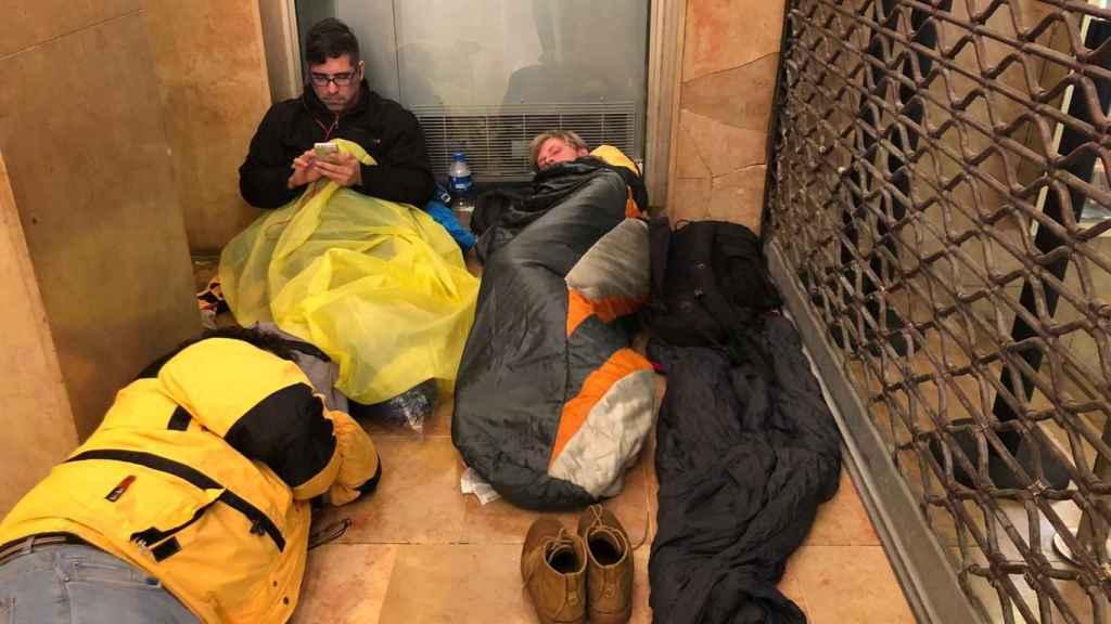 Los 'sin techo' duermen en el soportal de un cine en Cannes.