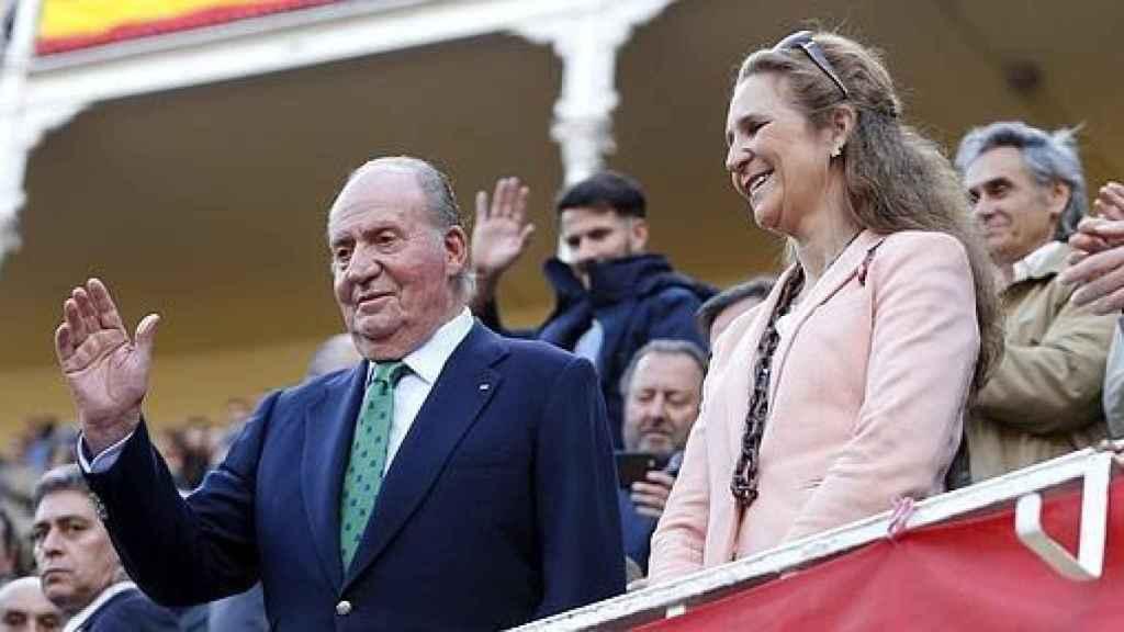 El Rey Juan Carlos y su hija, la infanta Elena, asisten en la plaza de toros de Las Ventas
