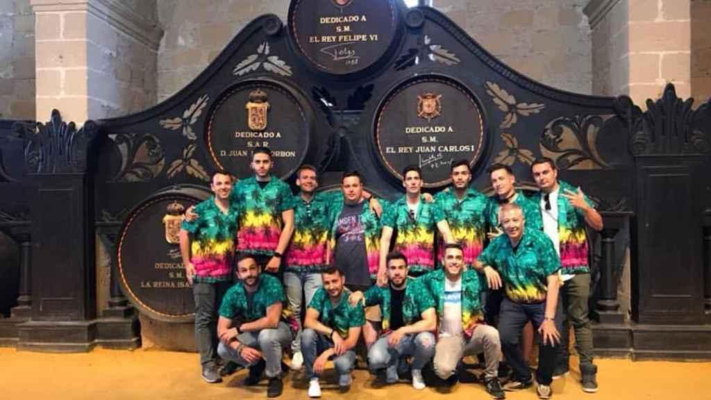 Miguel Marcos y su grupo de amigos de visita en las bodegas González Byass, en Jerez de la Frontera.